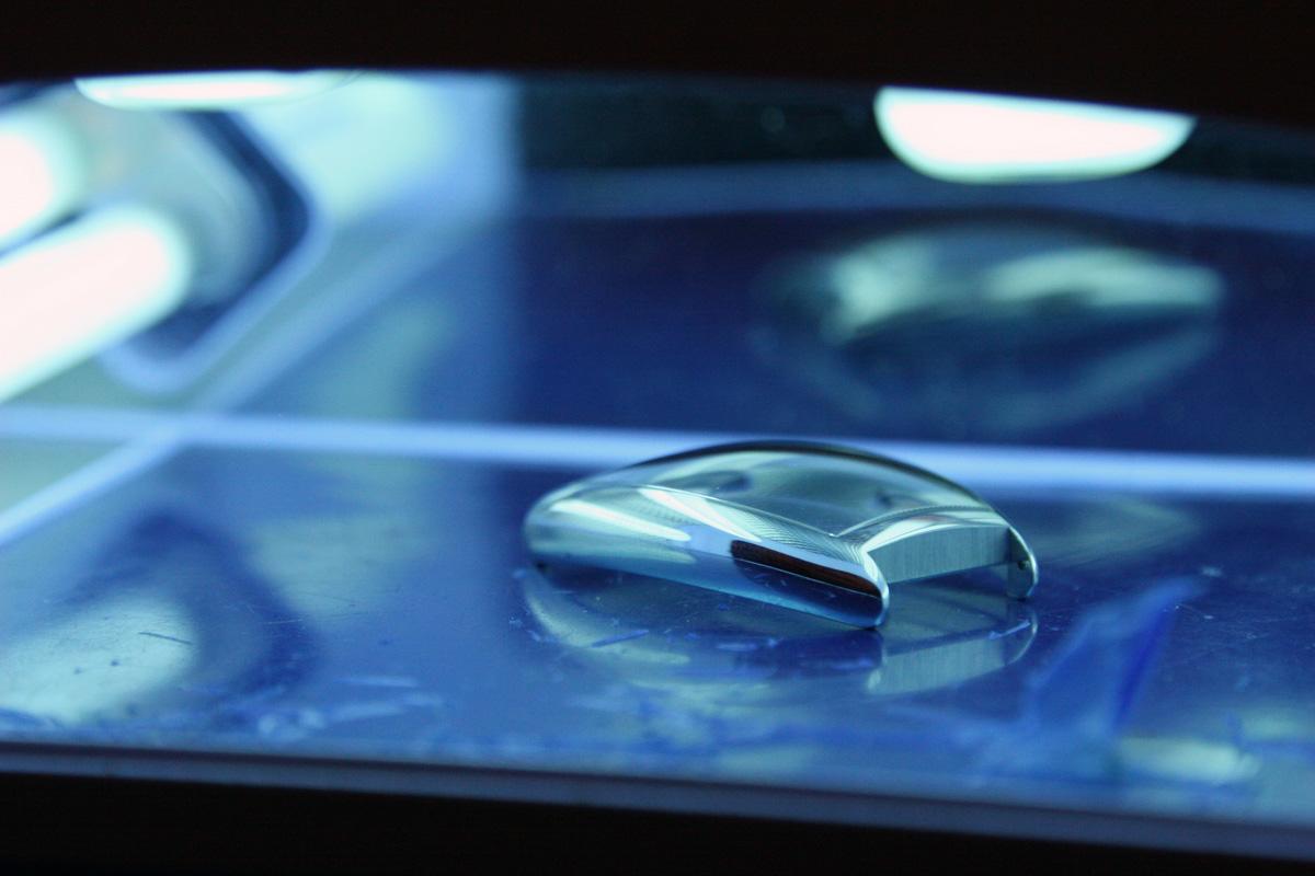 Il vetro viene esposto ai raggi UV per far asciugare la colla