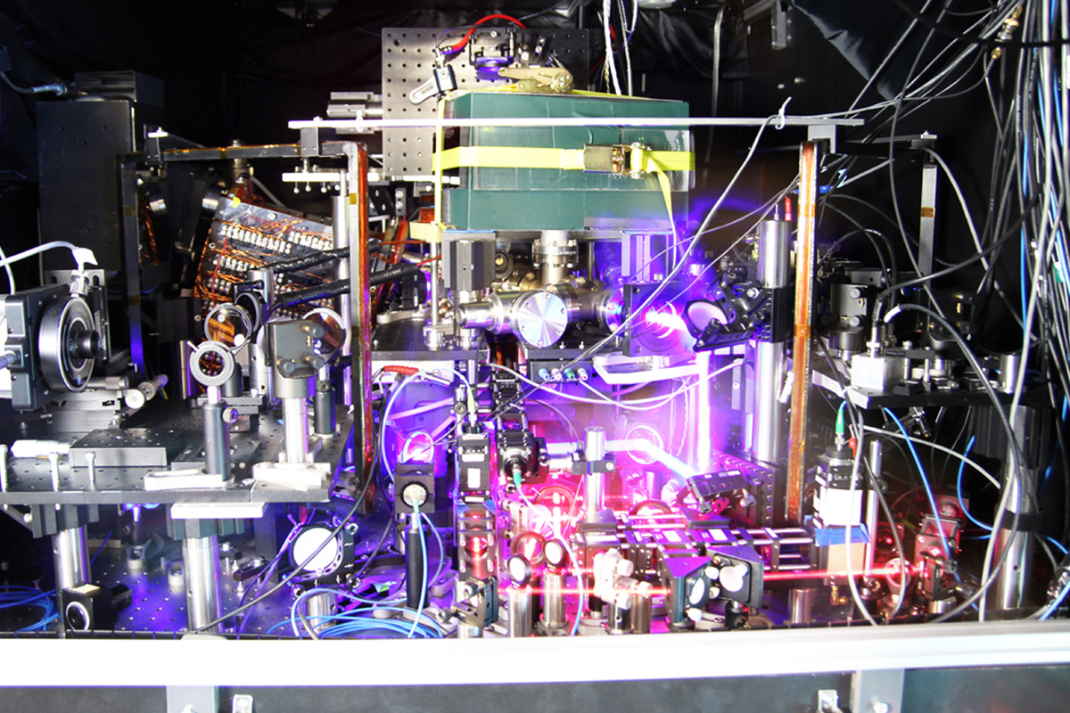 Un orologio atomico come simbolo di precisione assoluta