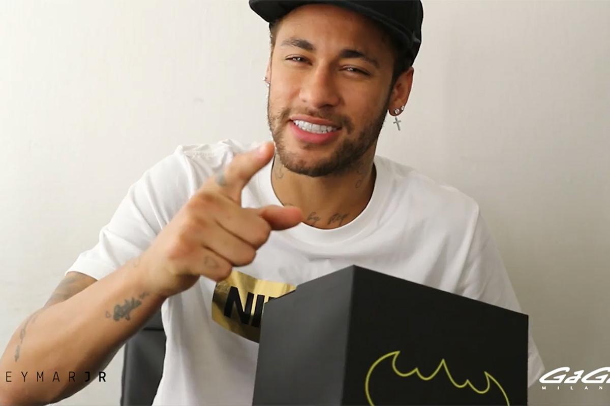 Neymar Jr con il primo esemplare del Batman di GaGà