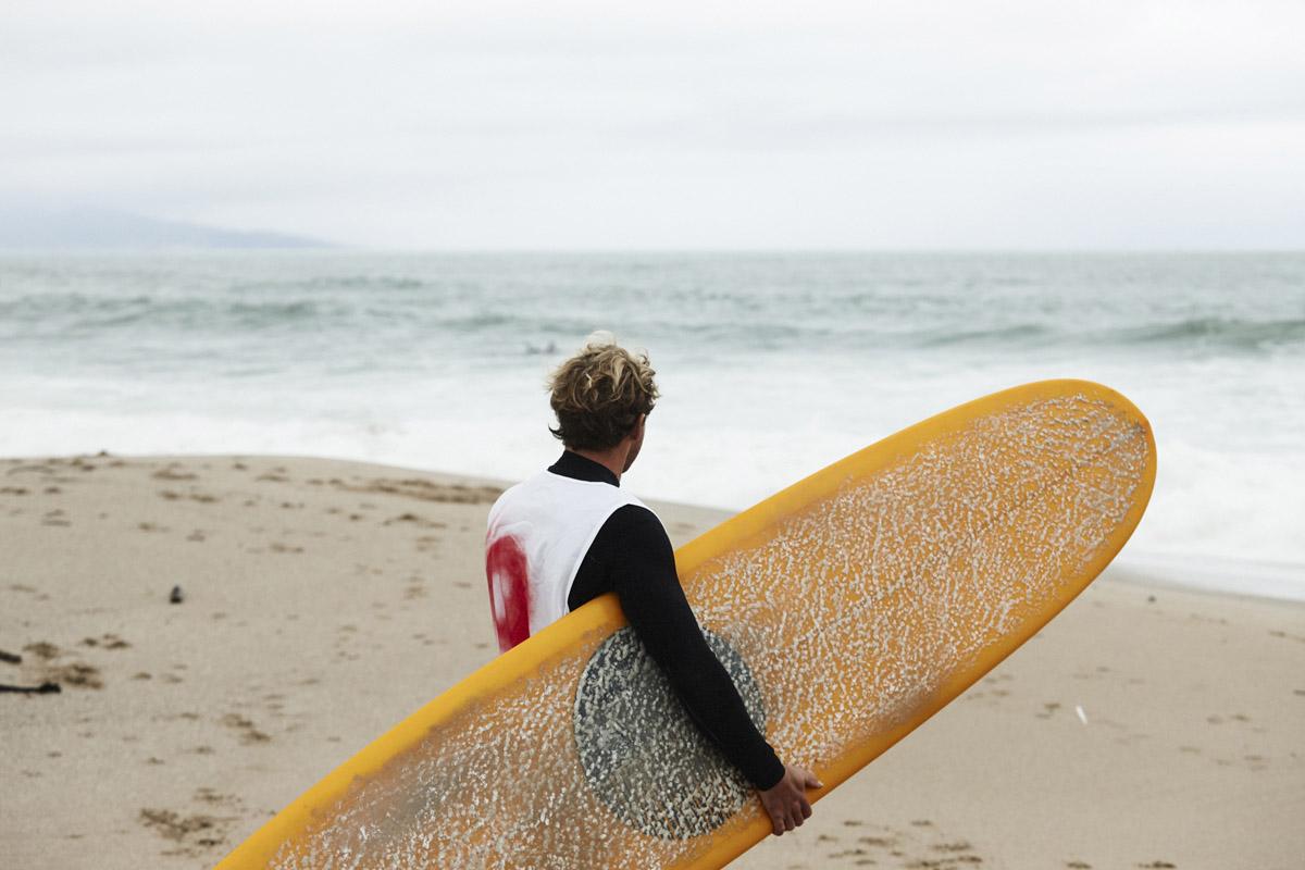Un surfista a Wheels & Waves
