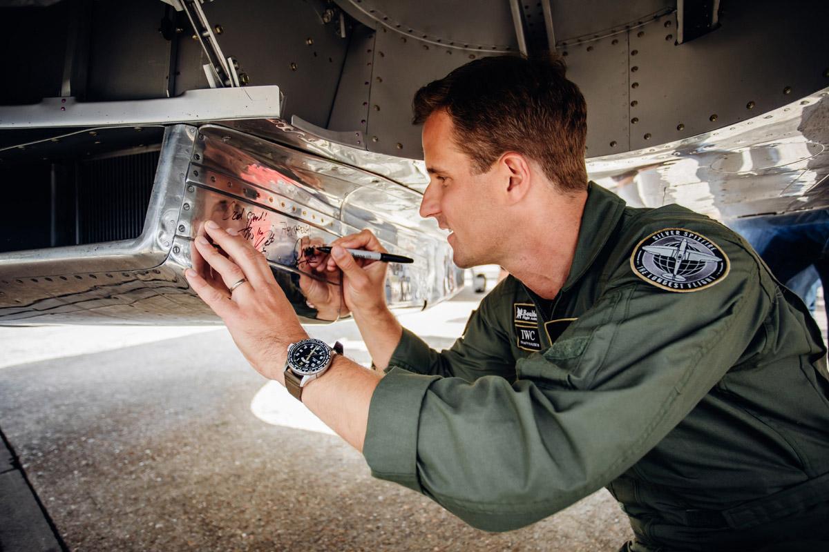Il Ceo di IWC autografa il SIlver Spitfire