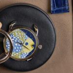 Fase di assemblaggio dell'Arceau Grands Fonds, il nuovo orologio di Hermès a tema pesci