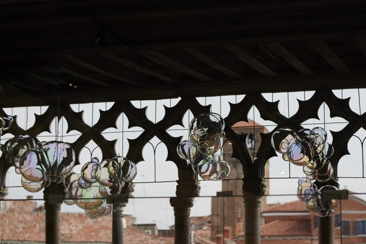 Le bolle di sapone appese al soffitto del museo