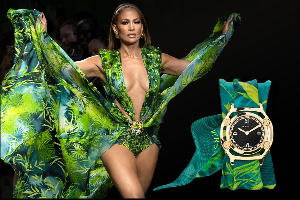 Jennifer Lopez indossa il Jungle Dress; accanto, il Medusa Frame di Versace