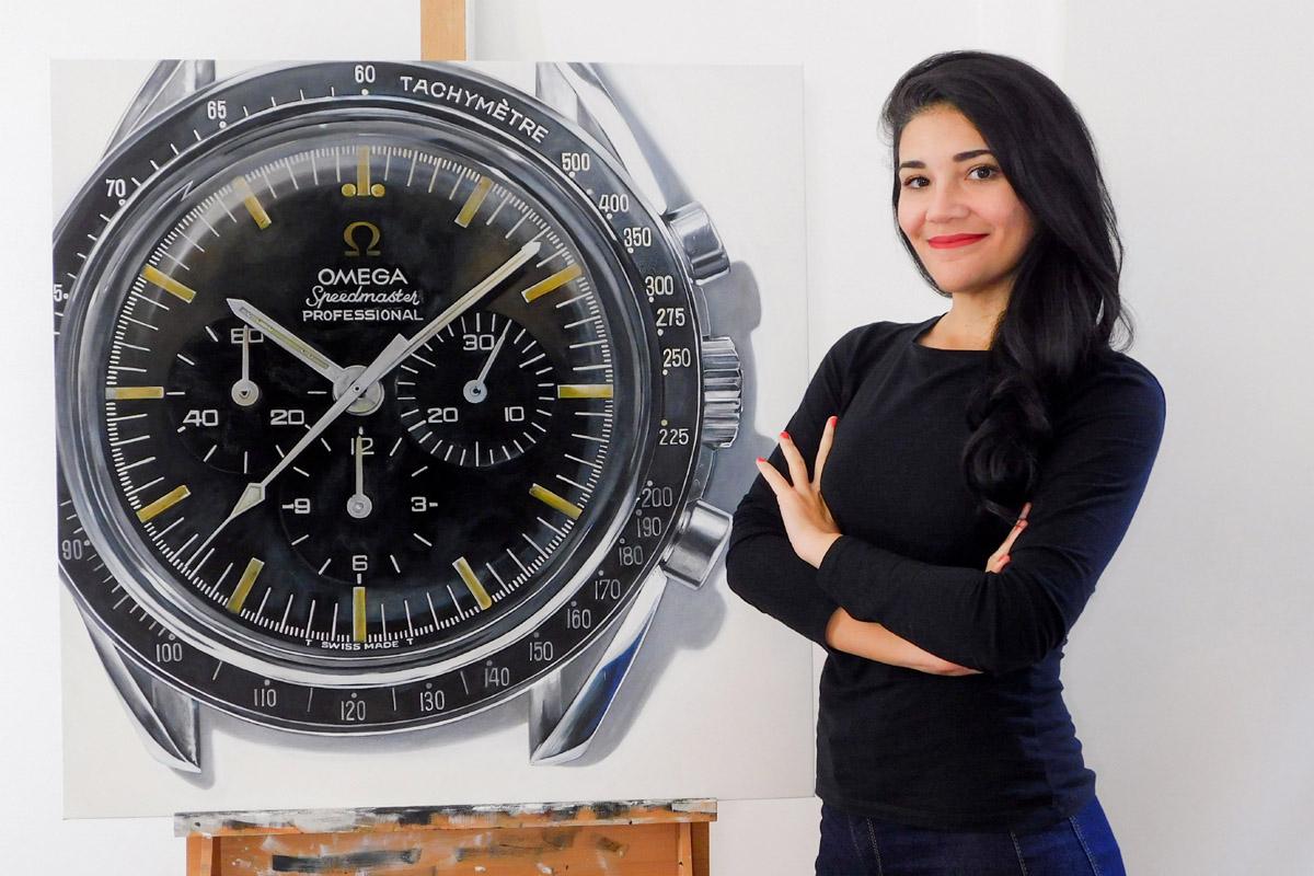 Cecilia Mendoza con la gigantografia dell'Omega Speedmaster