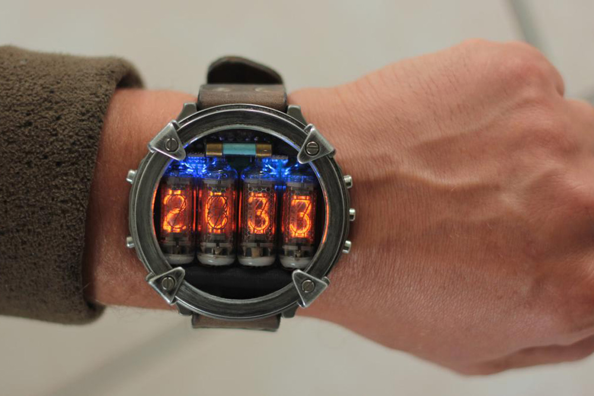 Un orologio da polso a tubi Nixie