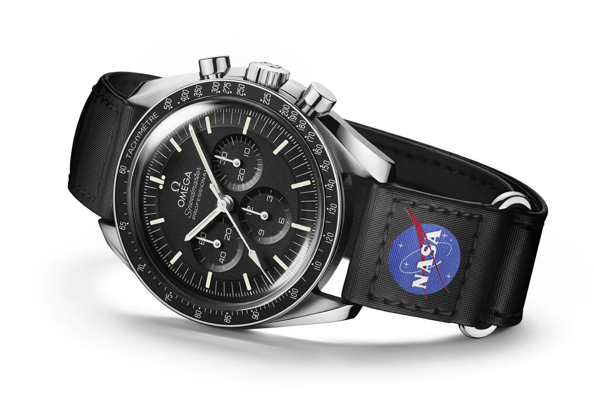 Omega Speedmaster Moonwatch Master Chronometer con uno dei nuovi cinturini in Velcro®